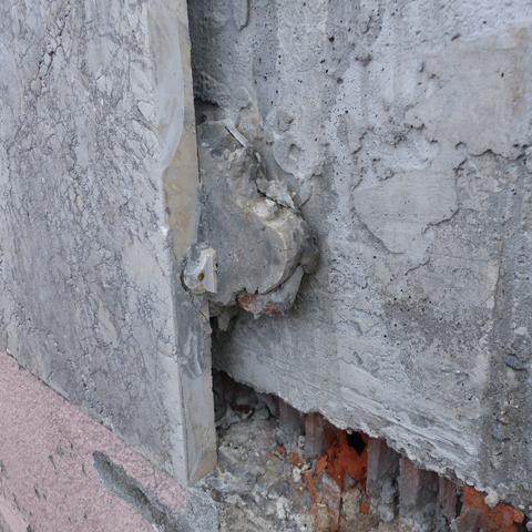 freigelegte Verankerung von Fassaden Platten